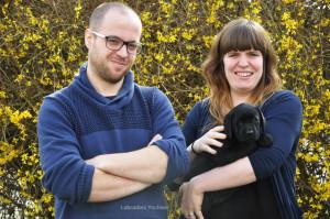 Zwart labrador puppy teefje