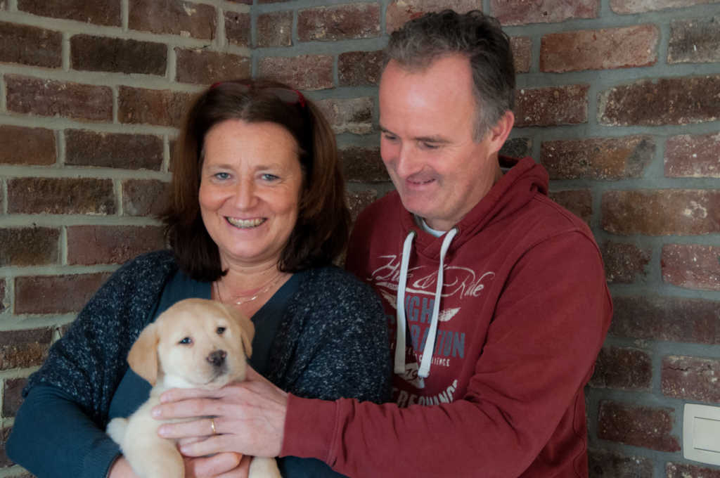 Palola Yochiver, een beige labradorteefje met Nadine en Fred